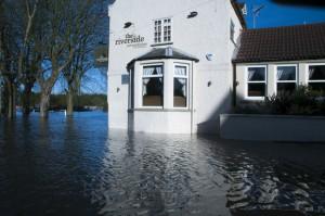 Farndon Riverside pub true to the name.